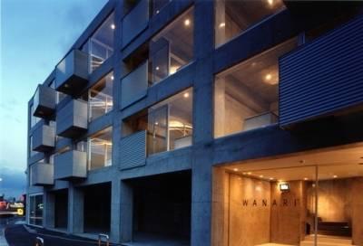 ガラスとコンクリート打ちっ放しのスタイリッシュなデザインです
