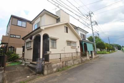 広い全面道路がある閑静な住宅街です。屋根塗装を実施しました。
