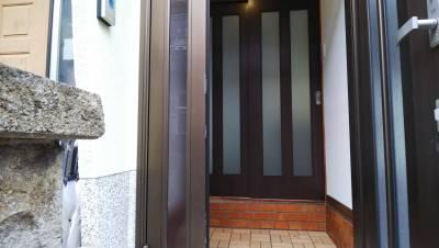 玄関はウッドタイル、可愛い電球でお出迎え