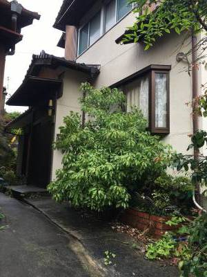 玄関脇の植栽はすべて伐採済でキレイです。