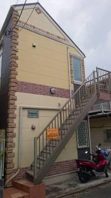正面と2階への階段です