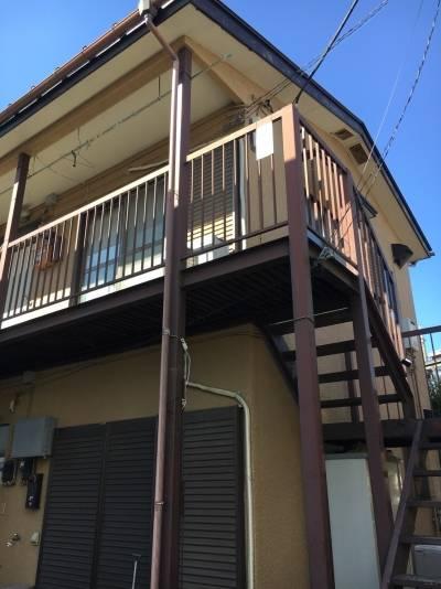 外観。4戸の素朴な小規模アパートです。