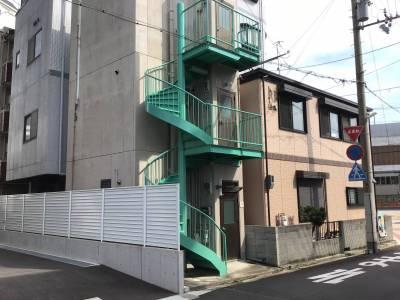 緑色階段の建物です。