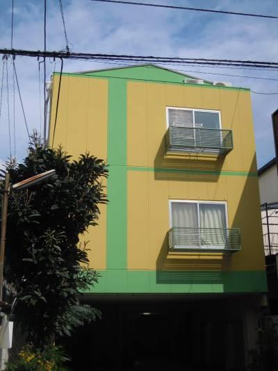 ドイツ風の黄色と緑のデザイン。内部はアンティーク風です。